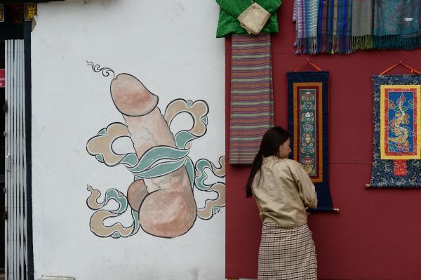 家を守る魔除けとして壁に描かれた男根「ポ・チェン」=2017年6月5日、北村玲奈撮影