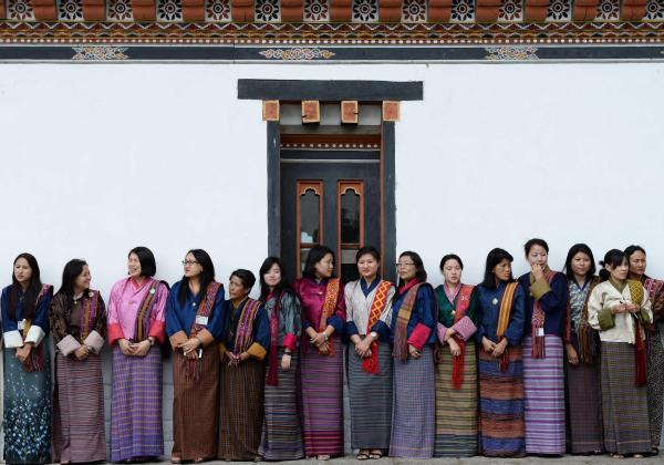ブータンのワンチュク国王夫妻を表敬に訪れる秋篠宮家の長女眞子さまを待つ、「キラ」と呼ばれる民族衣装を身につけた女性たち=2017年6月2日、ティンプー・タシチョゾ