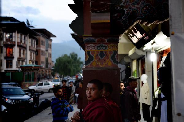 街中には赤い布をまとった僧侶の姿も目立つ=2017年6月3日、ブータン・パロ、北村玲奈撮影