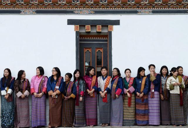 ブータンのワンチュク国王夫妻を表敬に訪れる秋篠宮家の長女眞子さまを待つ、「キラ」と呼ばれる民族衣装を身につけた女性たち=2017年6月2日、ティンプー・タシチョゾン、北村玲奈撮影