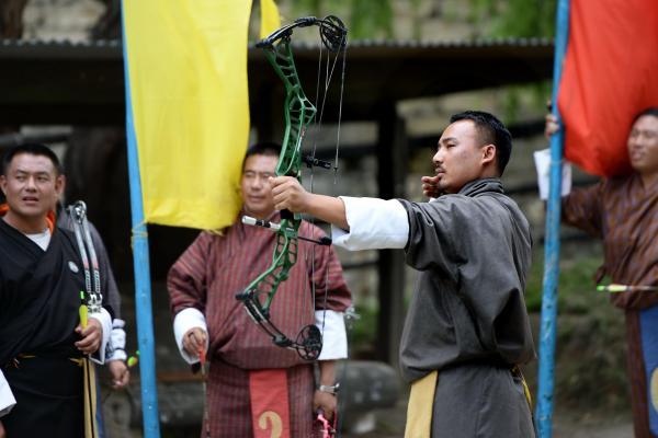 街中の弓技場でアーチェリーを楽しむ人たち=2017年6月5日、ブータン・パロ、北村玲奈撮影