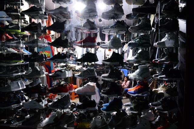ブータンの首都ティンプーの洋服店で壁までびっしりと並べられた若者向けのスニーカー=2017年6月3日、北村玲奈撮影