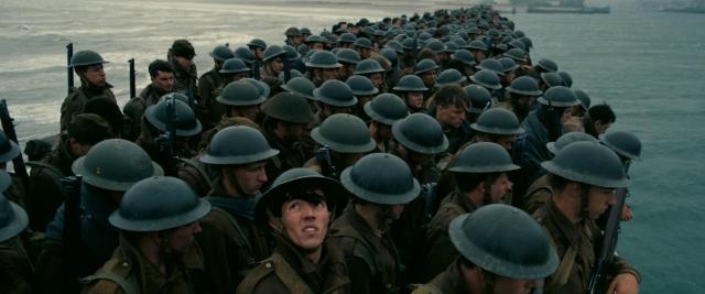 桟橋で救助を待つ英仏連合軍の兵士たち(C)2017 Warner Bros. All Rights Reserved.