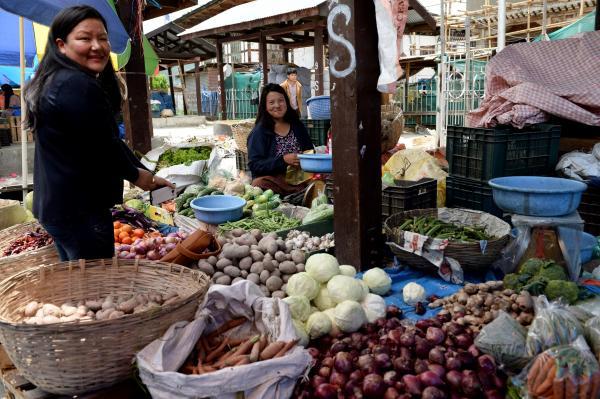 青空市場で野菜を売っている女性たち=2017年6月5日、ブータン・パロ、北村玲奈撮影