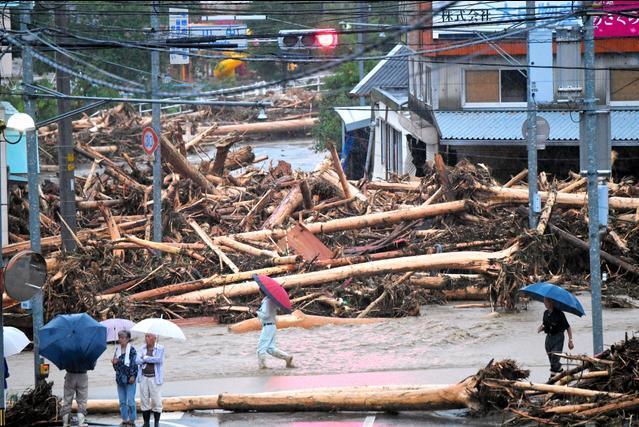 記録的な豪雨から一夜明けた福岡県朝倉市の山田地区。国道386号には流木が散乱していた=6日午前6時8分、日吉健吾撮影
