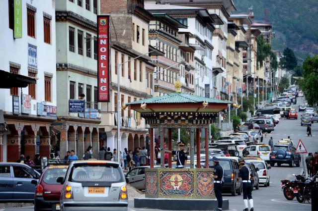 ブータンには交通信号がなく、交差点にはラウンドアバウトが設置されている。首都ティンプーの中心街の交差点では、警察官が手信号を出して交通整理をしていた=2017年6月3日、ティンプー、北村玲奈撮影