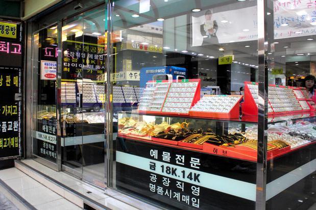 鍾路(チョンノ)の貴金属店。ネックレスなどの宝飾品がショーケースにずらりと並ぶ=韓国・ソウル、一條優太撮影