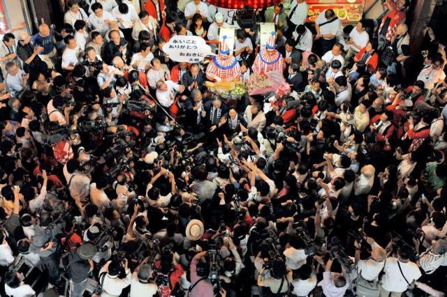 群衆が詰めかけた「くいだおれ」の店頭で、閉店のあいさつをする女将の柿木道子会長ら=2008年7月8日