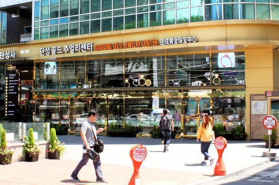 鍾路の貴金属店。金色の外壁と店内の電飾が目を引く=韓国・ソウル、一條優太撮影