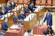 2015年11月にあった閉会中審査で民主・岡田克也氏(左下)の質問に答える安倍晋三首相(右)