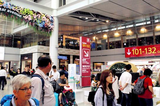 韓国・仁川空港の出国審査後のエリア。多くの観光客が搭乗前にショッピングを楽しむ。韓国の国内法が及ばないため、ここが金の受け渡し場所になる事件が発生している=一條優太撮影