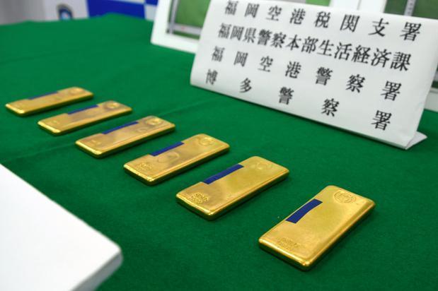 税関の検査で見つかった金塊。密輸しようとしたとして、韓国人の男4人が逮捕された=6月、福岡空港税関支署、一條優太撮影