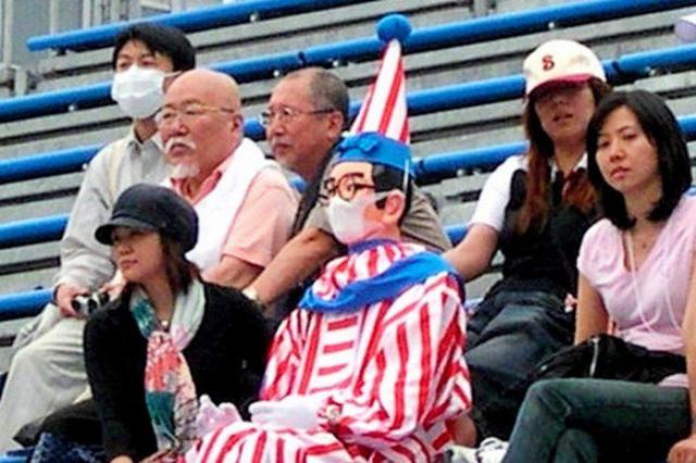 新型インフルエンザ拡大時は、ビーチバレー大会をマスク姿で観戦した「くいだおれ太郎」=2009年5月21日