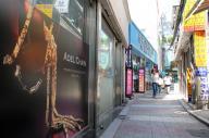 鍾路の貴金属店街。狭い路地に店が立ち並ぶ=韓国・ソウル、一條優太撮影