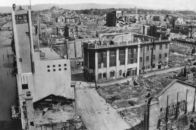 道頓堀川を挟んで両側に広がった大阪歓楽街道頓堀の焼け跡=1945年8月29日