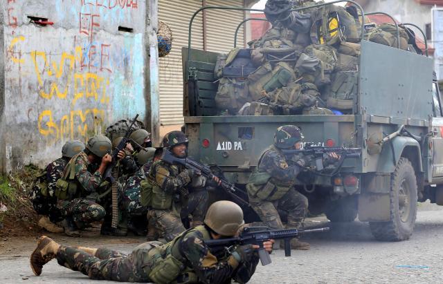フィリピン南部マラウィでマウテグループと交戦するフィリピン軍の兵士=2017年5月25日