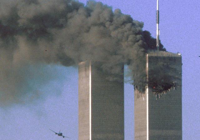 黒煙を上げるニューヨークの世界貿易センタービル=2011年9月11日