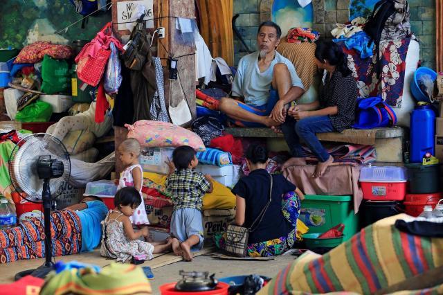 フィリピン南部マラウィへのマウテグループの侵攻を逃れ、避難所で暮らす人たち=2017年6月18日