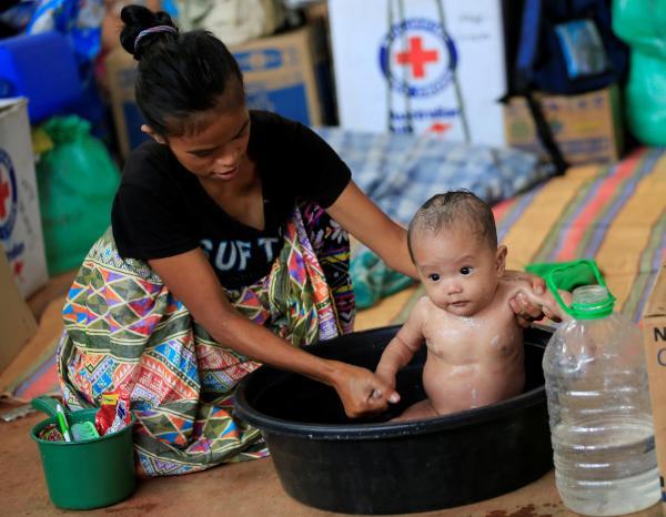 フィリピン南部マラウィへのマウテグループの侵攻を逃れ、避難所で暮らす人たち=2017年6月24日