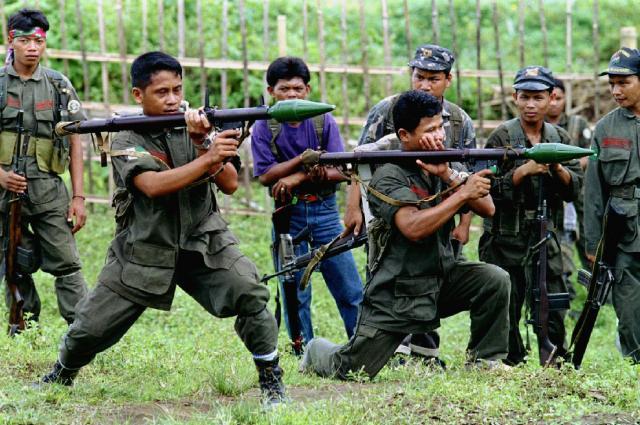 フィリピン南部ミンダナオ島で、兵器の使い方を訓練するモロ・イスラム解放戦線(MILF)のメンバー。イスラム系住民の独立を目指した=1995年12月4日