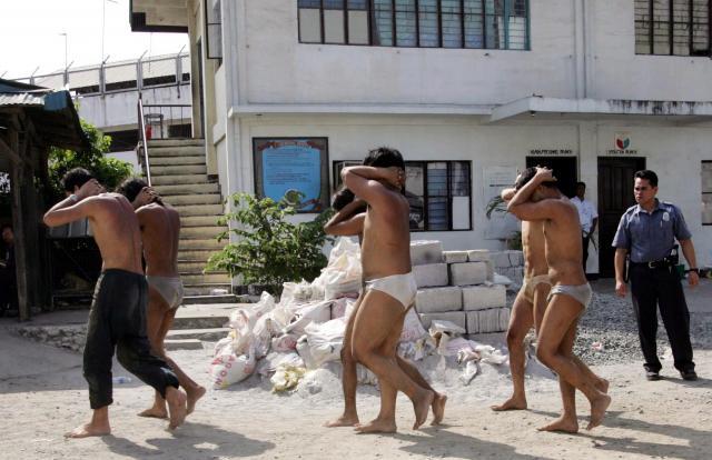 フィリピンの首都マニラで、警察に投降するアブサヤフのメンバー=2005年3月15日