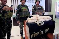 フィリピン南部マラウィで、マウテグループとの戦闘で押収した「イスラム国」(IS)の黒い旗を公開するフィリピン軍の兵士。覚醒剤約11キロも見つかった=2017年6月19日