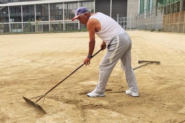 ホーム付近の穴を埋める「グラウンド整備おじさん」