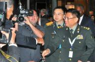 シンガポールで開かれたアジア安全保障会議で東南アジア諸国の関係者らとあいさつを交わす中国代表団長の何雷氏(右)=石原孝撮影