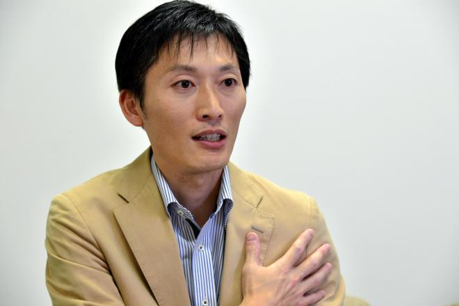 インタビューに答えるNHKの船岡久嗣アナウンサー=名古屋市東区、小川智撮影