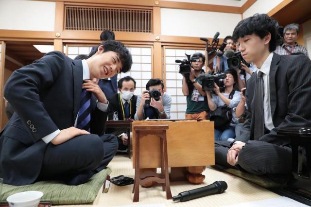 対局を振り返る藤井四段(左)=6月21日、大阪市福島区の関西将棋会館、山本正樹撮影