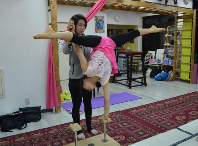 柔軟性を高めるだけではなく、倒立の練習をして筋力や体幹も高めていきます