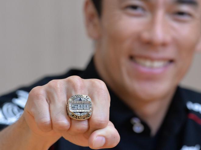 優勝者に贈られる「チャンピオンリング」を見せる佐藤琢磨選手
