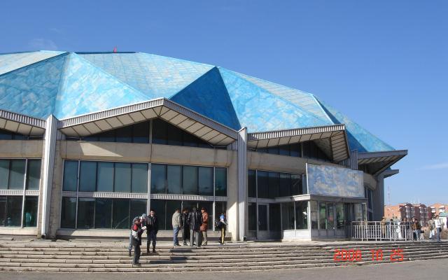 モンゴルの中心部にあるサーカス劇場=2006年撮影