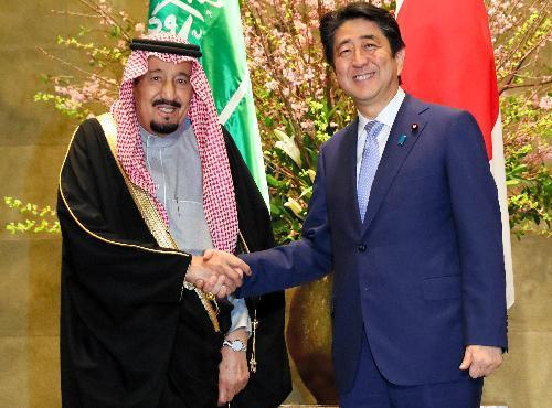 3月に会談したサルマン・サウジアラビア国王(左)と安倍晋三首相