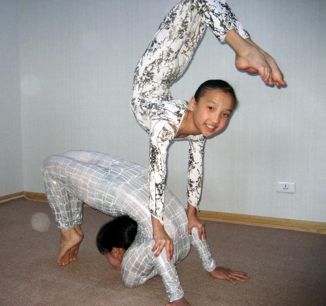 モンゴル人の生徒と組み技を練習するもーこさん(下)=2007年撮影