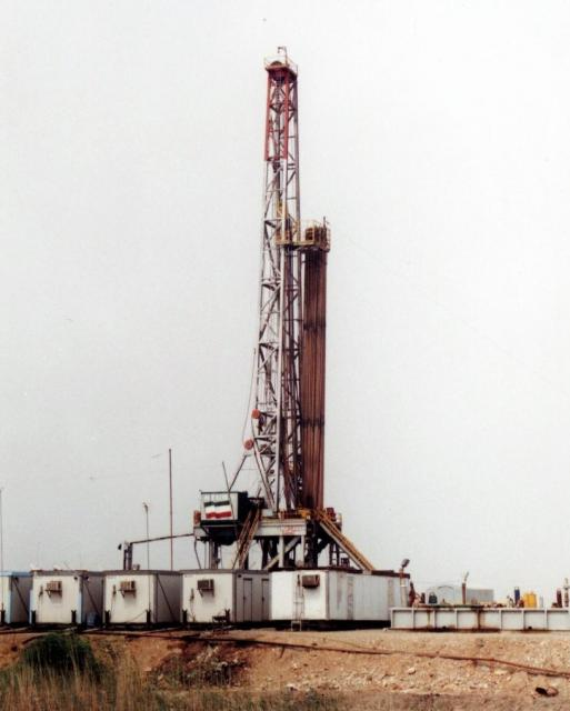 イラン西部にある同国最大級のアザデガン油田(2001年当時)。油田開発に乗り出そうとする日本政府の戦略は、時の世界情勢によって紆余曲折があった