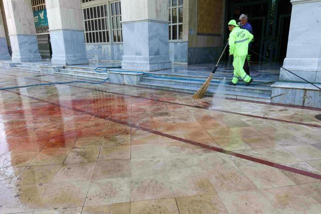 今年6月、イランの首都テヘランでテロが起きた。ホメイニ廟の西側の建物前で、テロ実行犯の銃撃で負傷した人の血だまりを水で流す人たち
