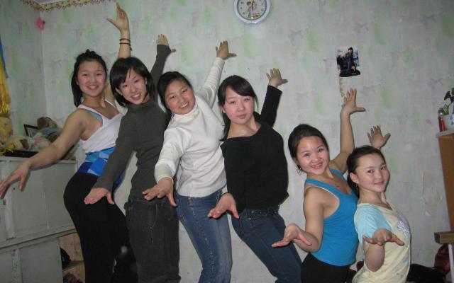 練習場の友人ともーこさん(左から2人目)。モンゴル語もめきめき上達したそうです。「子どもたちに教えてもらうことが多かったので、あなたのモンゴル語は子どもっぽいと言われます(笑)」=2007年撮影