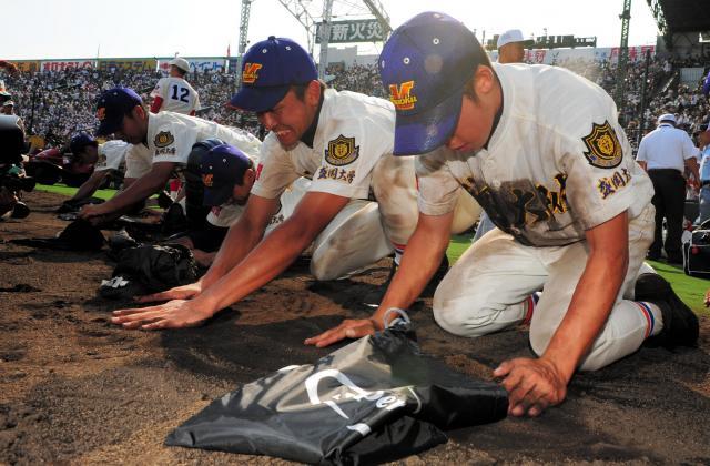 沢田さんが最後にチームを率いて甲子園に出場した2008年の夏の甲子園で、試合に敗れ、グラウンドの土を集める盛岡大付の選手たち