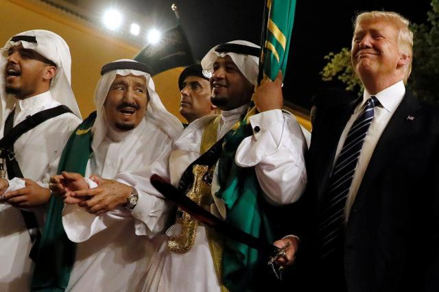 5月、サウジアラビアの首都リヤドの宮殿で開かれた歓迎式典で、剣を使ったダンスでサルマン国王(左から2番目)らの歓待を受けるトランプ米大統領(右端)=ロイター
