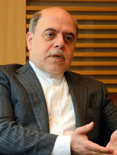 インタビューに答えるイランのナザルアハリ駐日大使=6月、東京都港区のイラン大使館、笹川翔平撮影