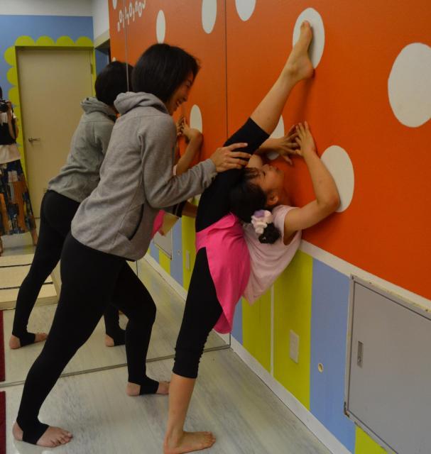 もーこさん主宰のコントーションスタジオ「ノガラ」のキッズクラス。シャハハ(圧迫)するもーこさん(左)。大人は悲鳴を上げるほど痛いですが、子どもは痛くないそうです