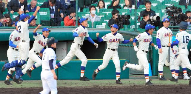 2013年の選抜大会でサヨナラ勝ちで甲子園初勝利をあげた盛岡大付の選手たち