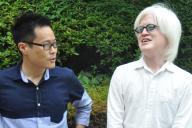 アルビノ・エンターテイナーの粕谷さん(右)と、当事者の息子を持つ記者