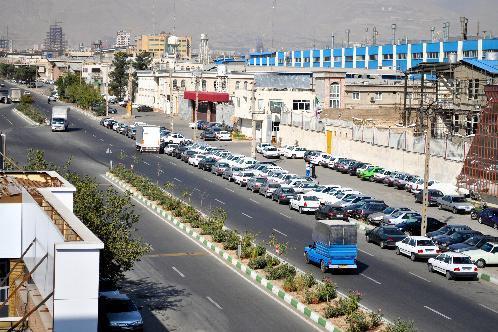 テヘラン近郊の自動車関連の工場が集まる地区。産業道路の通行量はまばらだった=2012年