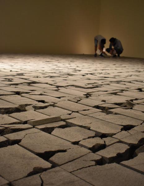 コンクリートブロック2100個を敷き詰めた「COLLAPSE」=高知県立美術館