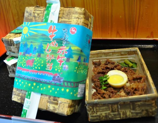 伊藤さんと「ロバート」の馬場さんが考案した「たっぷり赤牛 牛めし弁当」