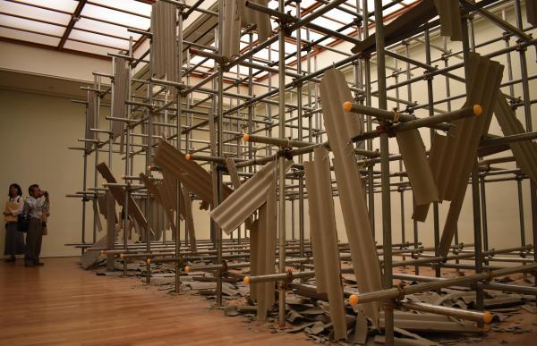 鉄管をはりめぐらせた作品「LANDSCAPE」=高知県立美術館