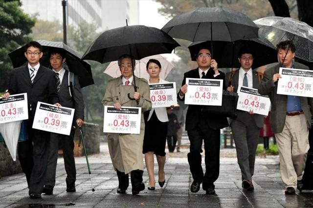 一票の格差訴訟でパネルを掲げて名古屋高裁へ入る原告の弁護士ら=2016年11月8日