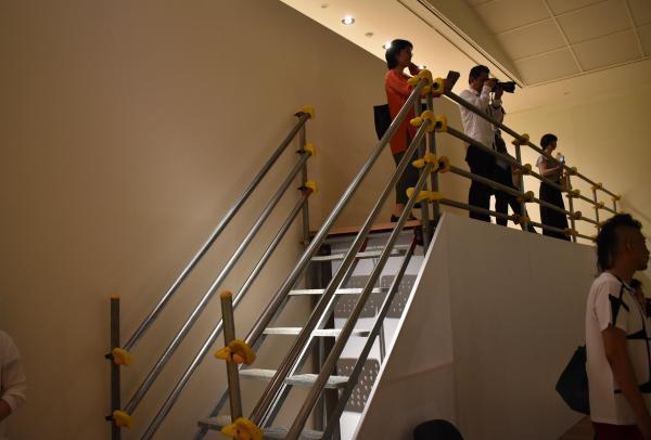「COLLAPSE」を俯瞰して鑑賞できるスペースも=高知県立美術館